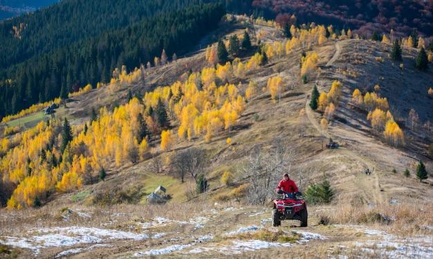 Geländewagen mit mann auf einer bergstraße