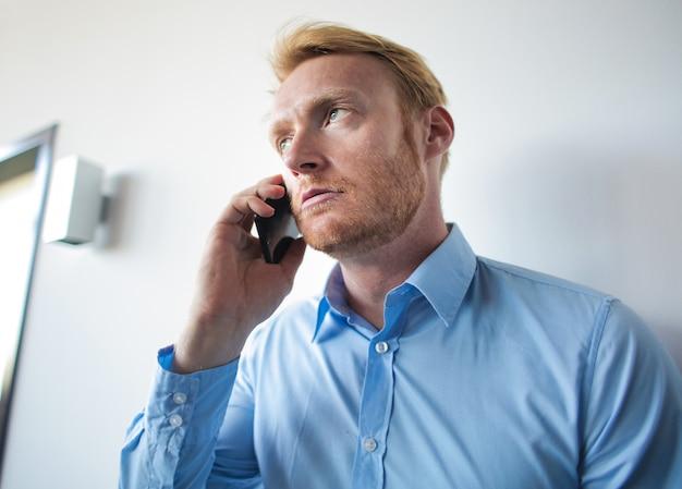 Gelangweilter mann am telefon