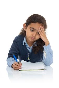 Gelangweiltes junges mädchen, das hart studiert
