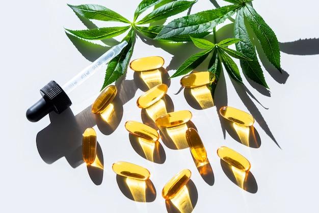 Gelatine-kapseln aus lein- und leinsamenöl mit grünen blättern