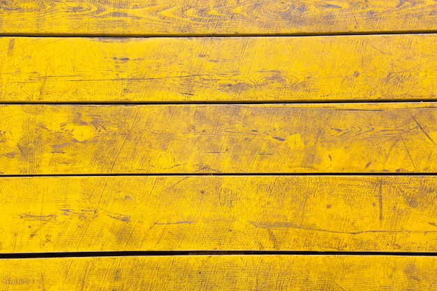 Gelb gefärbter hölzerner hintergrund