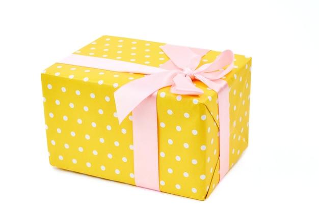 Gelb gepunktete geschenkbox.