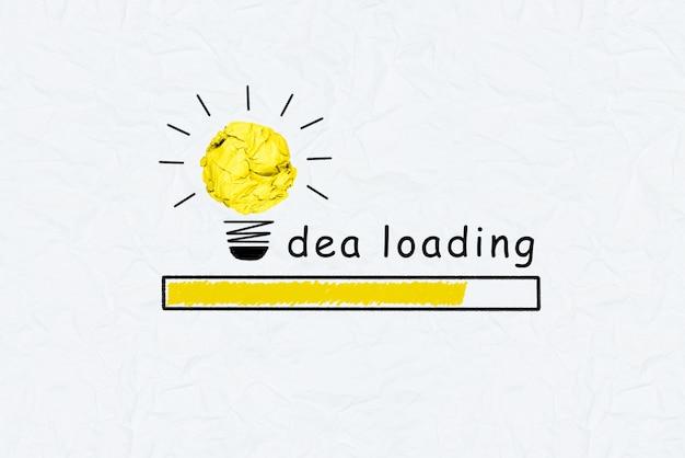 Gelb zerknittertes papierglühlampediagramm, das und ideenladentext zunimmt
