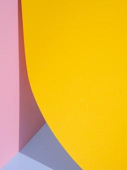 Gelbe abstrakte papierformen mit schatten