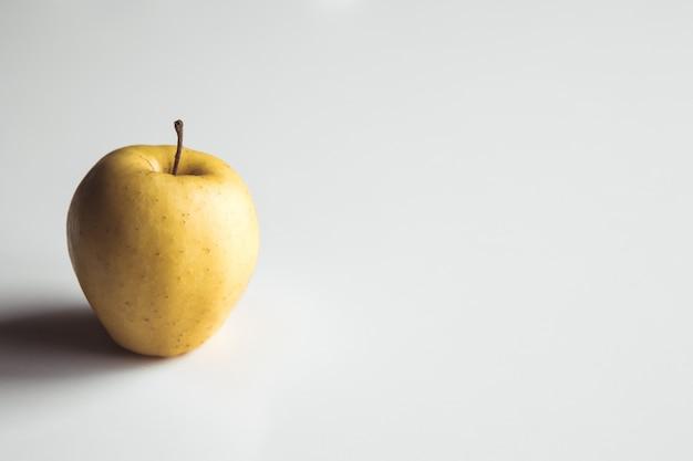 Gelbe äpfel auf einem weißen hintergrund, gesunde nahrung, landwirtschaft, vegetarier