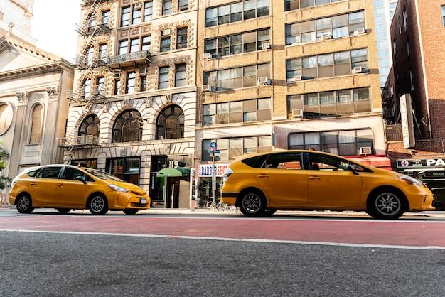 Gelbe autos nähern sich stadtgebäuden