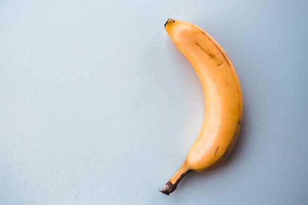 Gelbe banane auf hellblau