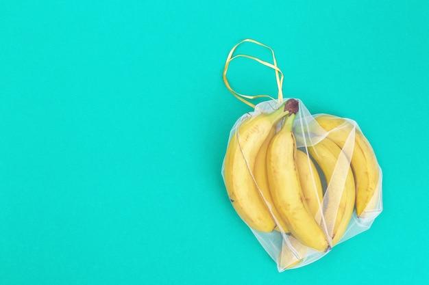 Gelbe bananen in wiederverwendbaren beuteln