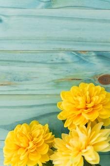 Gelbe blumen auf gelber tischplatte