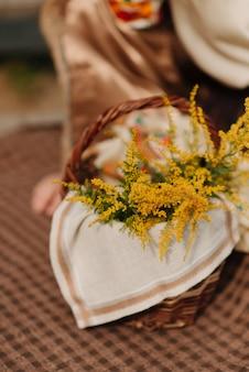 Gelbe blumen der frühlingswildblumen in einer korbnahaufnahmeblumen