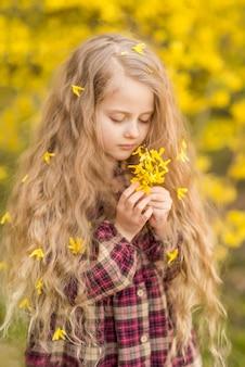 Gelbe blumen in den händen eines mädchens. selektiver fokus