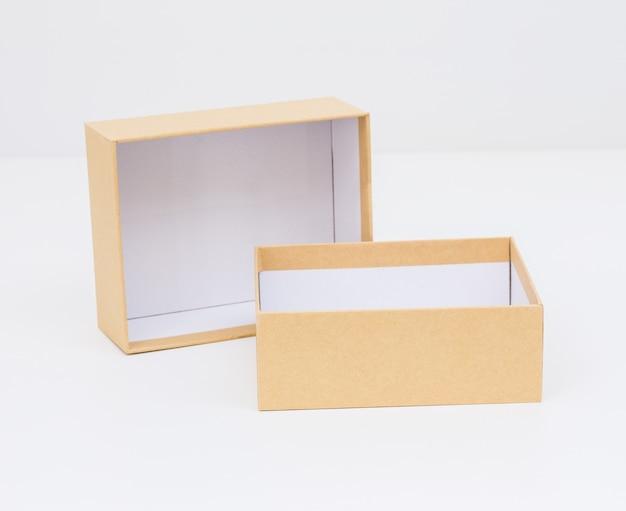 Gelbe box auf weißem hintergrund