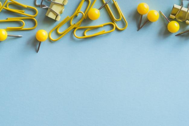 Gelbe büroklammern push-pins und binder clips