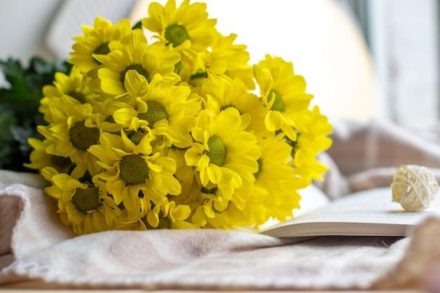Gelbe chrysanthemen in einem blumenstrauß auf einem anderen hintergrund. hochwertiges foto