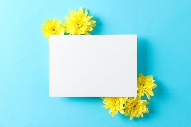 Gelbe chrysanthemen und leerer raum auf blauem tisch