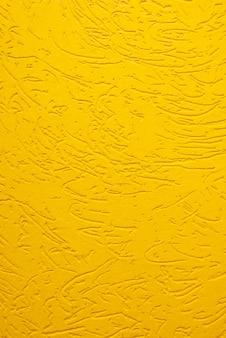 Gelbe dekorative gipsstruktur borkenkäfer nahaufnahme.