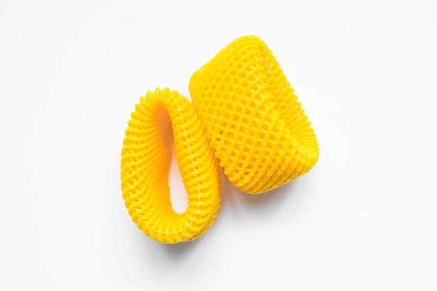 Gelbe epe-fruchtnetznahaufnahme lokalisiert. expandiertes polyethylen-schaumgitter für obst