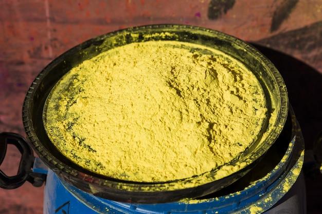 Gelbe farbe auf dem deckel einer blauen trommel