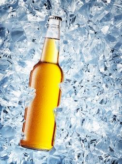 Gelbe flasche bier mit tropfen