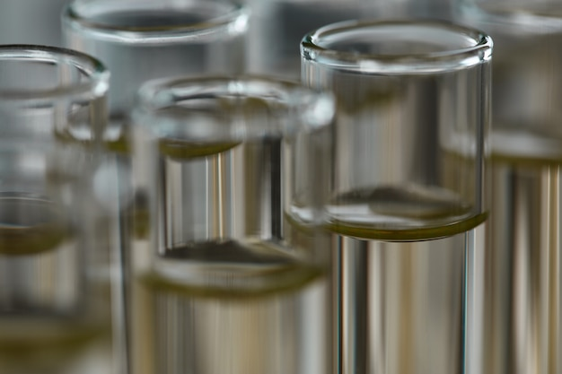 Gelbe flüssigkeit verschüttet benzinadditiv innovative versorgung