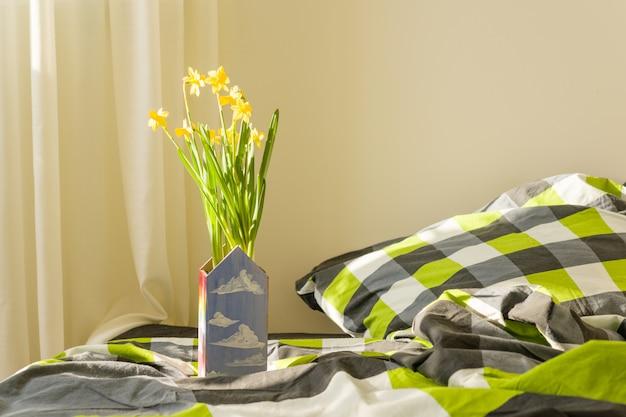 Gelbe frühlingsblumen innerhalb des schlafzimmers