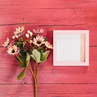 Gelbe gänseblümchen mit rosa quadratischem rahmen