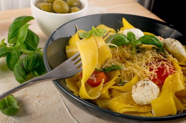 Gelbe gekochte nudeln auf gabel