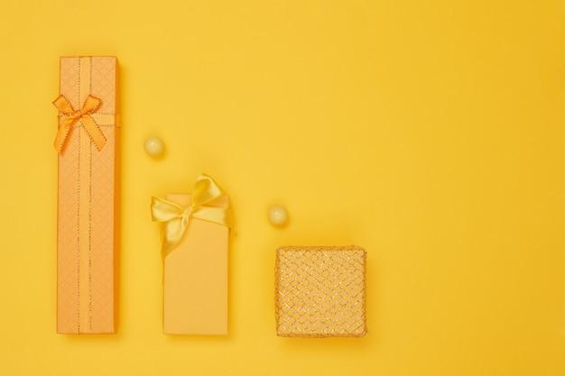 Gelbe geschenke auf einem gelben hintergrund des neuen jahres, kopieren raum