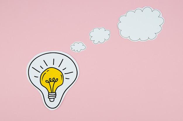 Gelbe glühlampe mit einer spracheblase