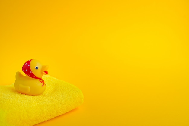 Gelbe gummiente und handtuch