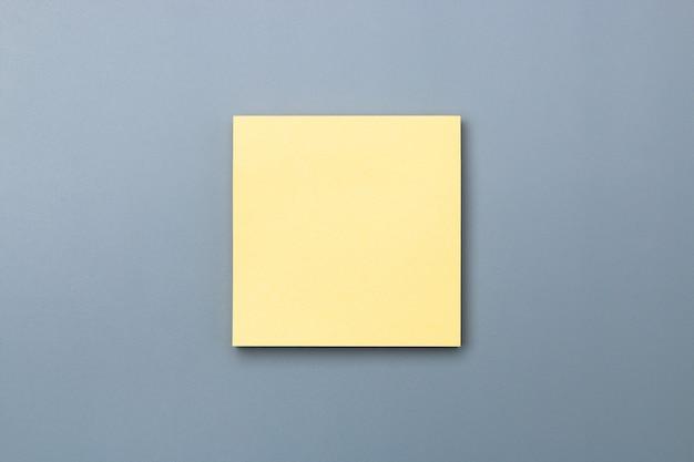 Gelbe haftnotiz mit dramatischem farbton, um platz für textkopien zu schaffen