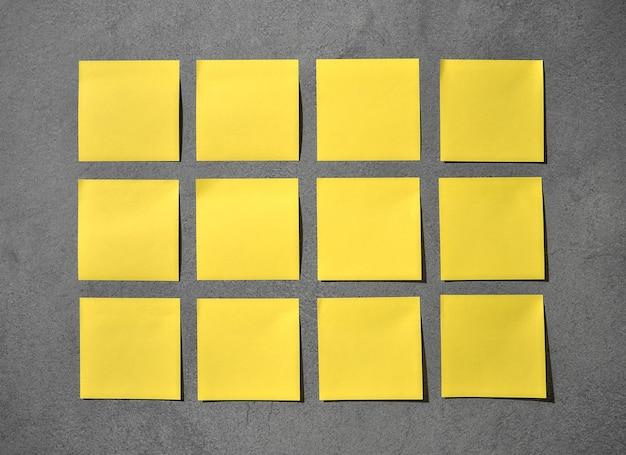 Gelbe haftnotizen auf grauem hintergrund