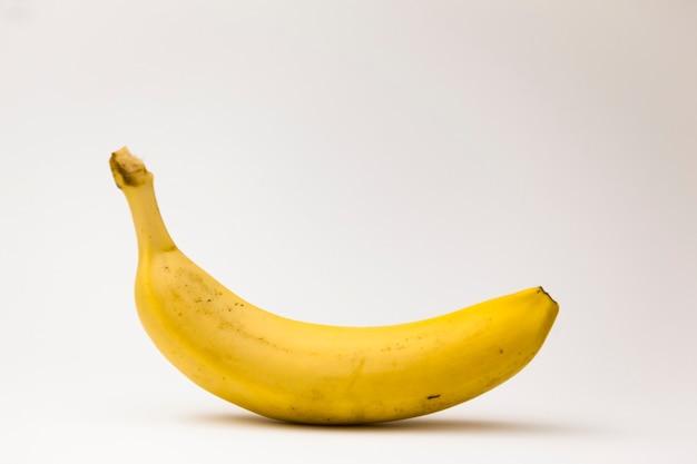 Gelbe isolierte pop-art-banane buntes und kreatives design pop-art-stil weißer hintergrund