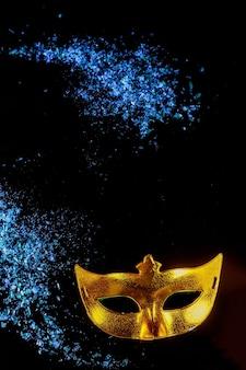 Gelbe karnevalsmaske für maskerade. jüdischer feiertag purim.