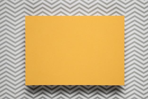Gelbe karte mit gemustertem hintergrund