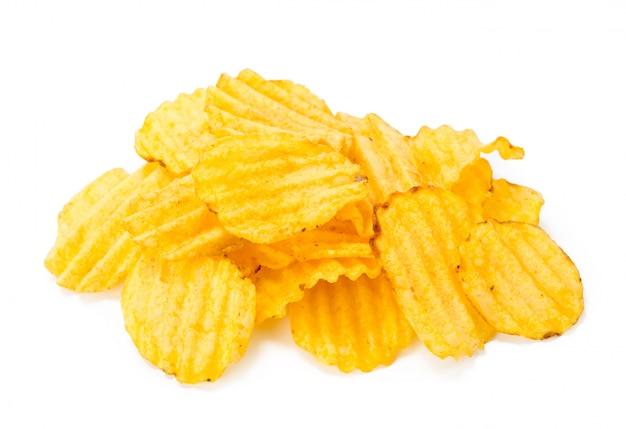 Gelbe kartoffelchips getrennt auf weiß