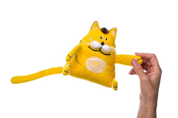 Gelbe katze - stofftier aus gefilzter wolle