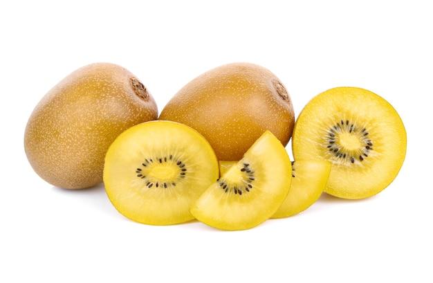 Gelbe kiwi-frucht isoliert auf weißem hintergrund