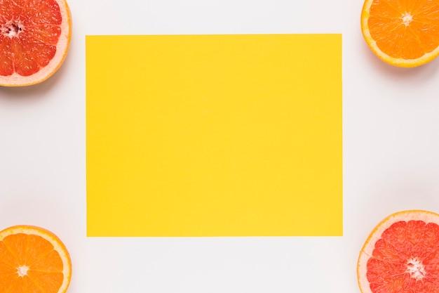 Gelbe klebrige anmerkung geschnittene saftige pampelmuse und orange