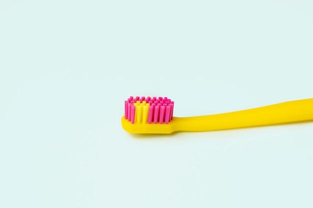 Gelbe kreative zahnbürste auf blauem hintergrund