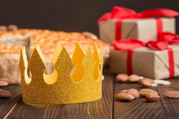 Gelbe krone mit essen und geschenken