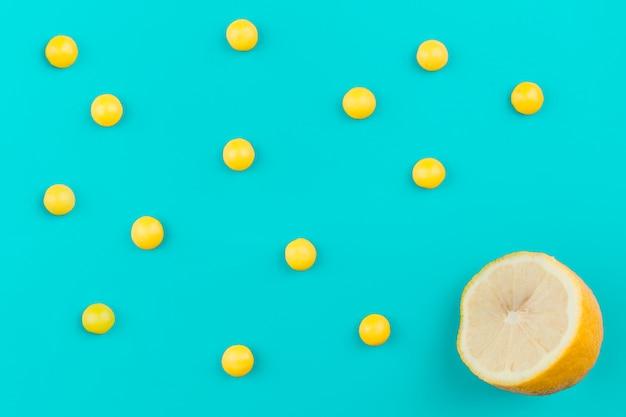 Gelbe kugeln in der nähe von zitrone