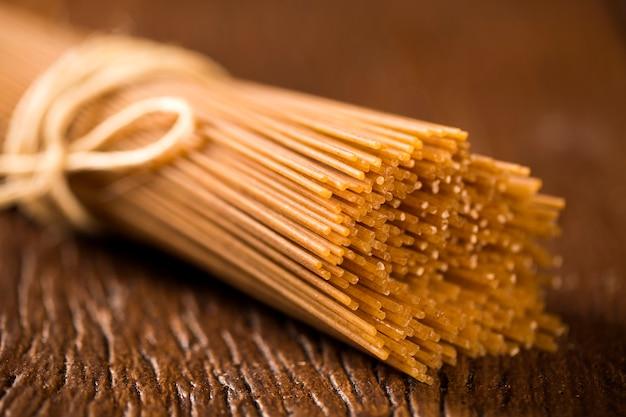 Gelbe lange integrierte spaghetti mit faden