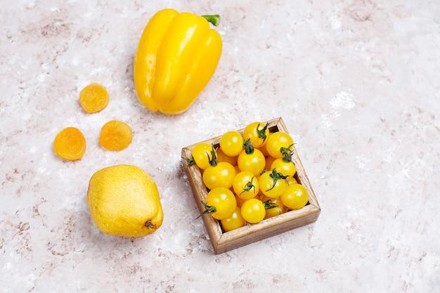 Gelbe lebensmittel auf betonoberfläche