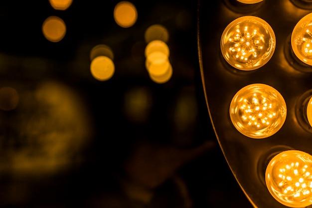 Gelbe led-leuchte gegen bokeh-hintergrund