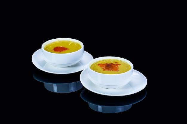 Gelbe linsensuppe mit gemüse in zwei schalen
