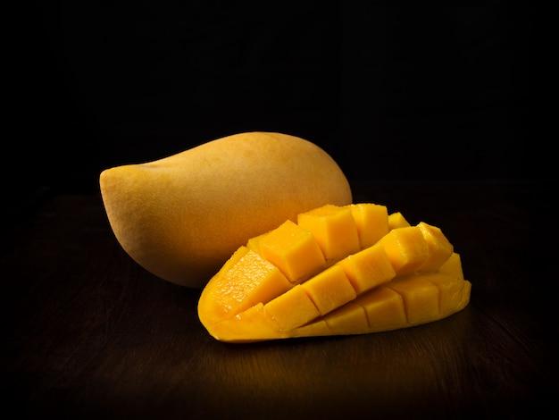 Gelbe mangofrucht auf schwarzem