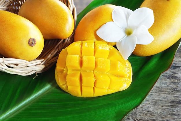 Gelbe mangofruchtfrucht auf einem grünen blatt