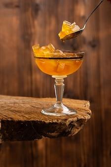 Gelbe marmelade in gläsern auf braunem holz