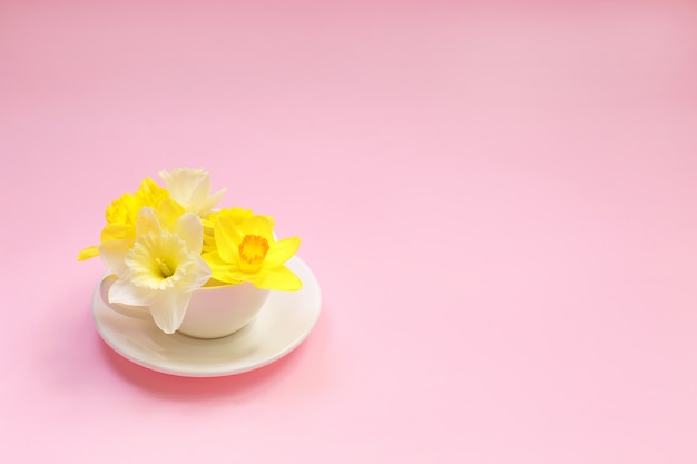 Gelbe narzissenblumen in einer schale.